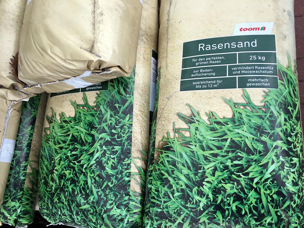 Rasen sanden: Die Rasenpflege mit Sand