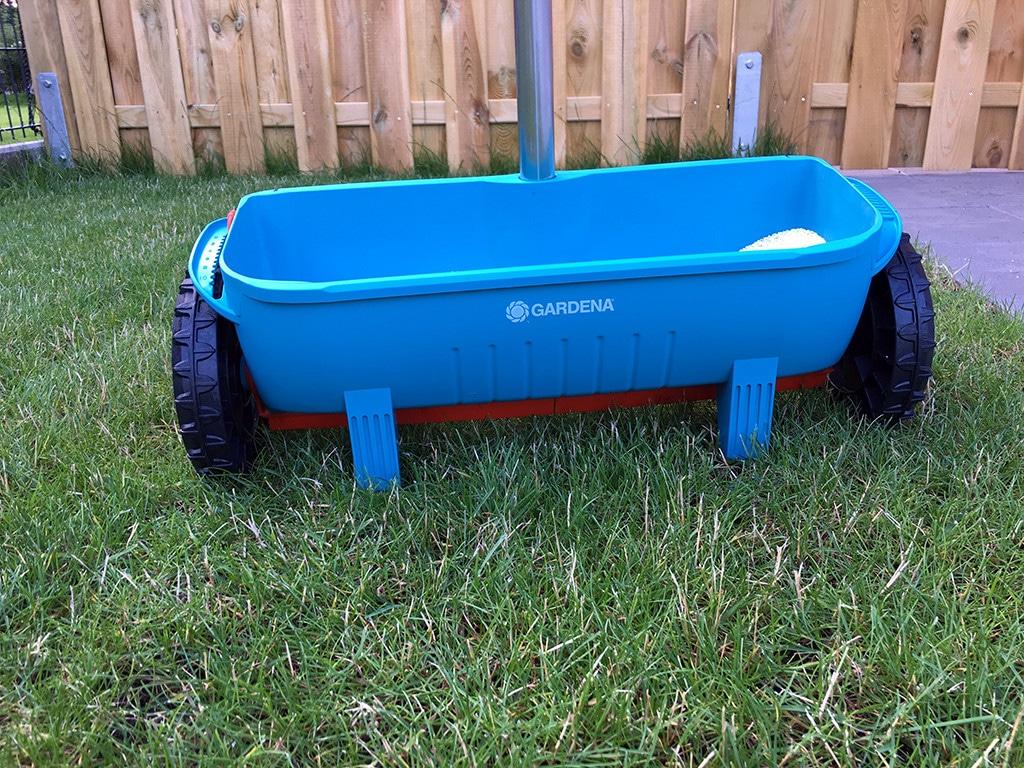 Ein Streuwagen hilft Ihnen bei der Rasenpflege