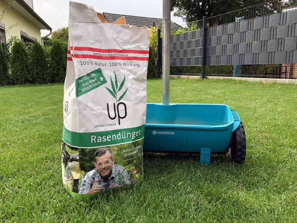 Umweltpionier-Rasendünger (up) kann mit dem Streuwagen verteilt werden